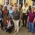 """Das war im September 2018 noch möglich: Eine enge Gruppenaufnahme vor dem """"Haus der Kirche und Diakonie""""."""